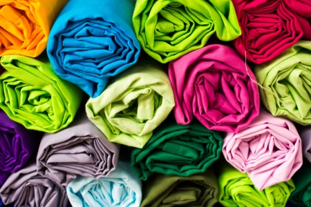 gewebe: Roll Kleidung zu sortieren durch das Durcheinander Lizenzfreie Bilder