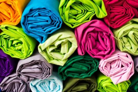 industria tessile: Rotolo vestiti per ordinare attraverso il caos
