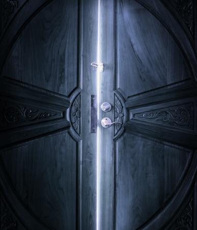 puertas antiguas: luz de puerta abierta