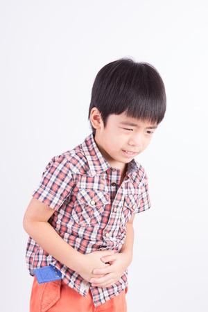 enfant  garcon: Le petit gar�on affichant douleurs � l'estomac Banque d'images