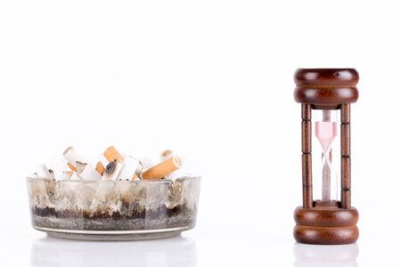 tabaco: cenicero y cigarrillos en blanco Foto de archivo
