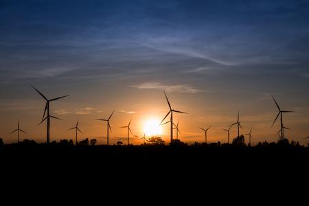 viento: Generador de potencia de la turbina de viento en el crep�sculo