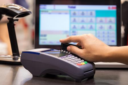 cash: Mano de tarjeta de crédito Swiping En tienda