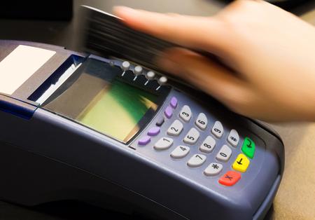 credit card: Mano de tarjeta de crédito Swiping En tienda
