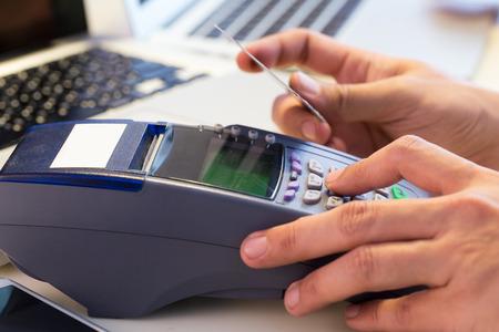 maquina registradora: La tarjeta de crédito Mano de pasar el dedo de la tienda: Enfoque diferencial Foto de archivo
