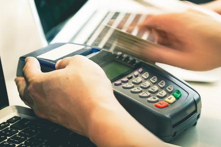 tarjeta de credito: La tarjeta de crédito Mano de pasar el dedo de la tienda: Aún-vida Procesado