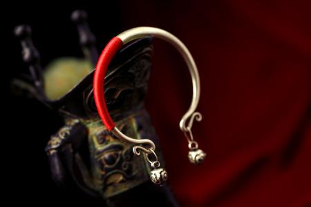 a bracelet: Bracelet