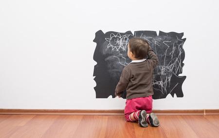 ni�os con l�pices: Poco beb� del dibujo en la pared