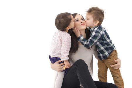 tag: Kleine Mädchen und Jungen küssen ihre Mutter