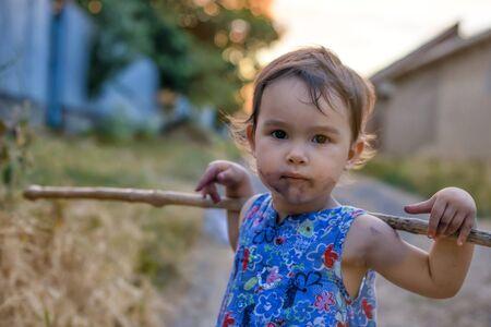 dirty girl: Piccola e sporca ragazza con il suo bastone