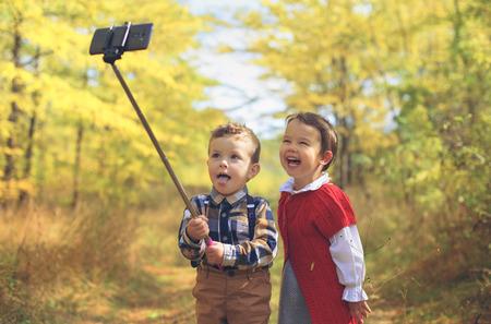 dvě malé děti při selfie Reklamní fotografie