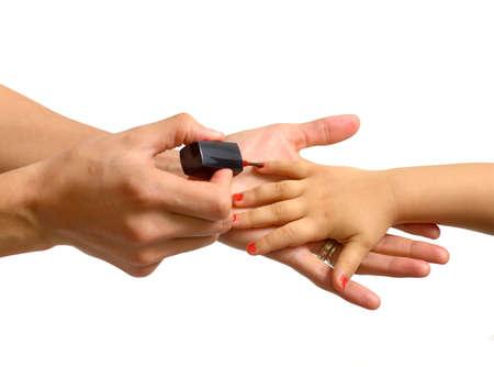 jolie fille: m�re d'appliquer le vernis � ongles � sa petite fille