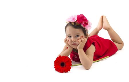 petite fille triste: Sad little girl avec fleur rouge isolé sur blanc