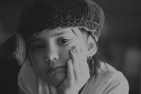 black girl: Portrait der Sch�nheit der Schule im Alter von Br�nette Kind M�dchen mit schwarzen Augen drinnen in Schwarz-Wei�-Ausgabe