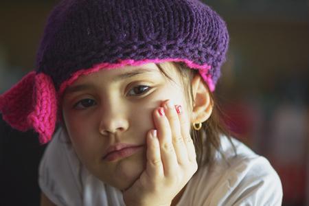 Retrato de edad chica morena niño de la escuela de belleza con ojos negros interiores