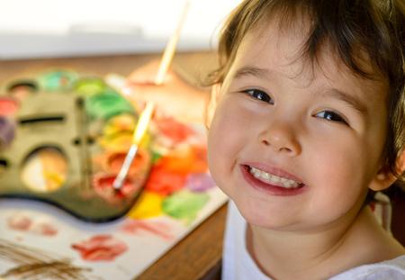 Kleines Mädchen Malerei mit Wasserfarben - Draufsicht Standard-Bild - 53465959