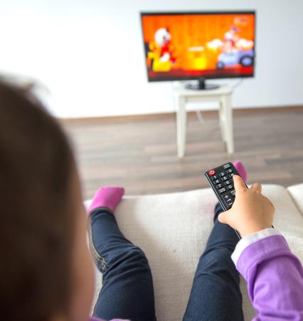 Kleinkind, das im Wohnzimmer fernsieht Standard-Bild - 61797519