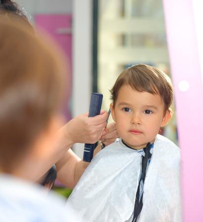 Bambino bambino che ottiene il suo primo taglio di capelli