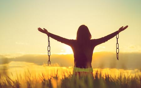 La donna sentirsi liberi in una splendida cornice naturale. Archivio Fotografico - 79751421