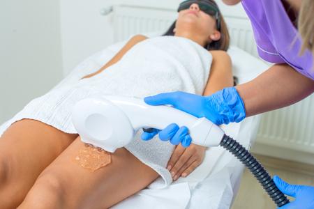 Junge schöne Frau bekommt professionelle Körperform Behandlung in einer Schönheitsklinik Standard-Bild - 94129505