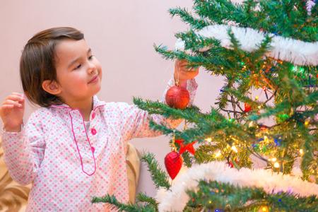 little girl near the Christmas tree Standard-Bild