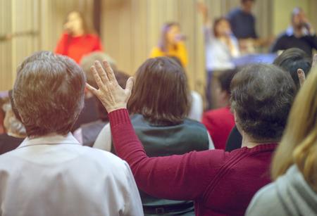 Christengemeinde betet gemeinsam Gott an Standard-Bild
