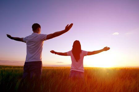 Couple feeling free in a beautiful natural setting. 免版税图像