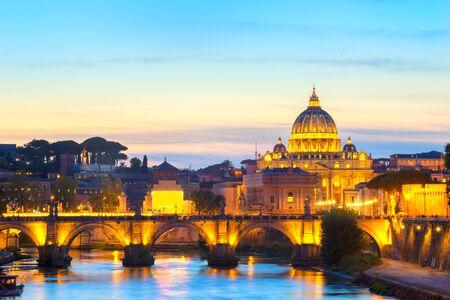 La basílica de San Pedro en el Vaticano al anochecer. Italia;