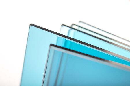 Sheets of Factory manufacturing tempered clear float glass panels cut to size Imagens - 148271060