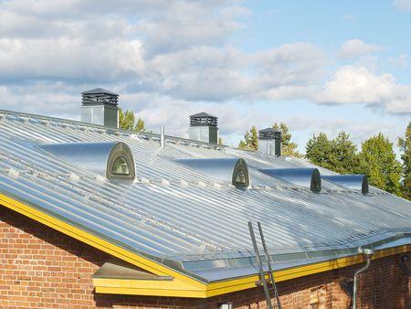 Nuevo acero lanz� el techo con conductos de aire y sistema de drenaje de agua.
