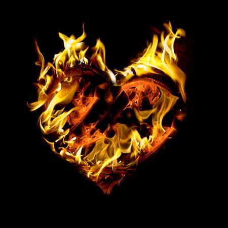 Abstrakt brennen Herz isoliert auf schwarzem Hintergrund.  Standard-Bild