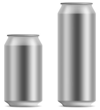 Cerveza en blanco puede en 2 variantes 330 y 500 ml aislado sobre fondo blanco.  Vectores