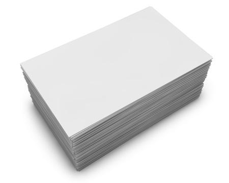 Blanco visitekaartjes stapelen geïsoleerd op een witte achtergrond. Stockfoto