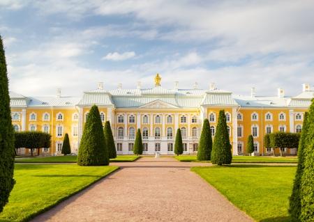De Peterhof Grand Palace gevel in Sint-Petersburg, Rusland Het werd gebouwd in 1714 als buitenverblijf van Peter de Grote Stockfoto