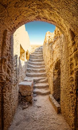 rey: Antigua entrada a una de las tumbas de la necrópolis Paphos conocidas como Tumbas de los reyes, Chipre. Foto de archivo