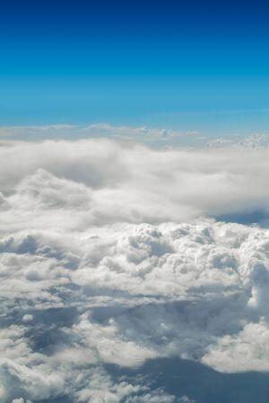 vertical: Cloudscape con cielo azul vertical de la imagen de arriba.