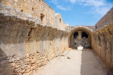 monasteri: Resti della sala del Monastero di Arkadi, Creta, Grecia stoccaggio polvere da sparo. Archivio Fotografico