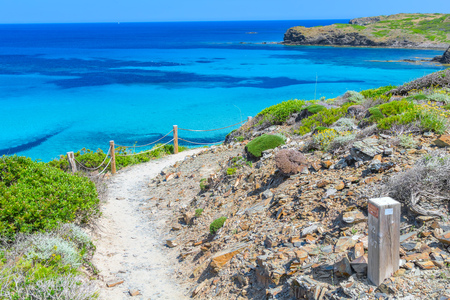 Camino de Caballos (Camí de Cavalls) - famosa vía alrededor de la isla de Menorca, Islas Baleares, España. Foto de archivo - 66473159