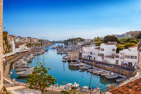 Mening over de haven van oude stadscutadella op zonnige dag, Menorca-eiland, Spanje.