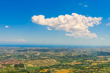 산 마리노 밸리 배경, 이탈리아에서에서 아드리아 해와 함께. 스톡 콘텐츠