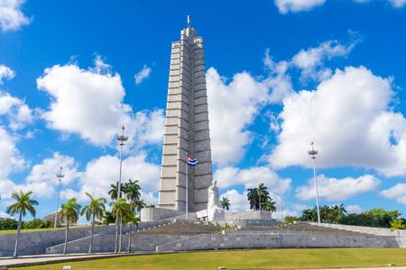 Monumento a José Martí en la Plaza de la Revolución en La Habana, Cuba. Plaza de la Revolución en día soleado.