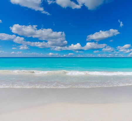 Tropical Sea Beach with Waters Edge Waves. White Sand Beach Waterfront Summer Background. Stockfoto