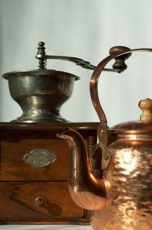 Koffiemolen en glanzend koperen ketel koffie Stockfoto