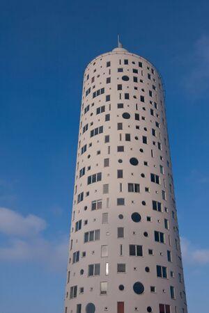 Nieuwe hoge ronde vorm gebouw in Tartu, Estland