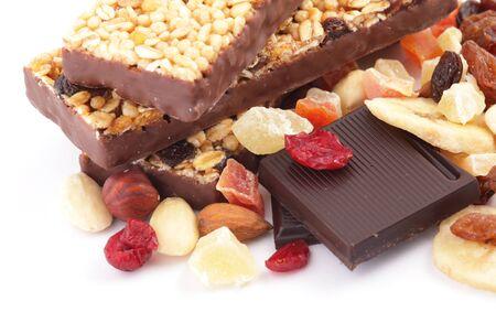 barra de cereal: Primer plano de las barras de cereal con frutos secos, nueces y chocolate Foto de archivo