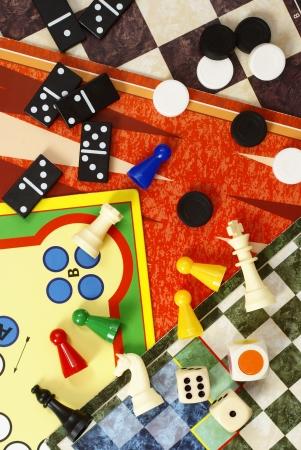 ボードゲーム、ポーン、チェスの駒、ドミノ、サイコロの平面図です。