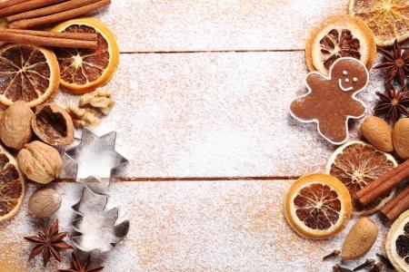 크리스마스 베이킹 재료와 나무 보드의 상위 뷰입니다.