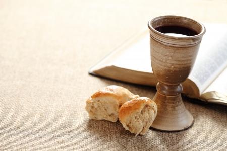 pan y vino: Comunión still life - el vino, el pan y la Biblia Foto de archivo