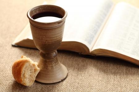 Komunia martwa natura - wino, chleb i Biblia