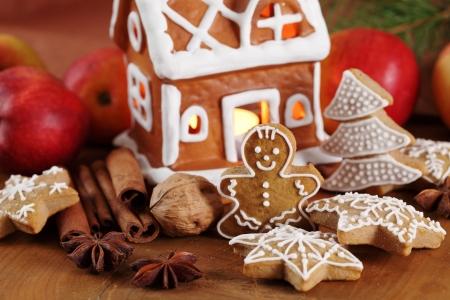 galletas de navidad: Galletas y adornos de pan de jengibre Foto de archivo